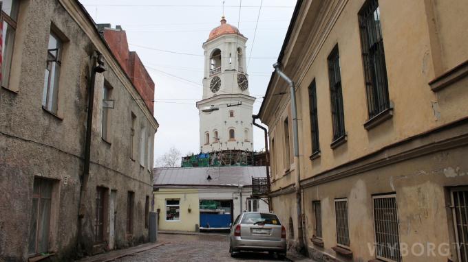 Вид на Часовую башню в Выборге с улицы Водного колодца
