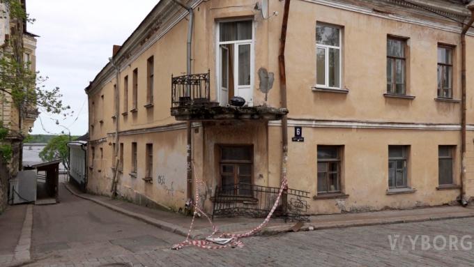 Фура снесла балкон с грилем в старом Выборге