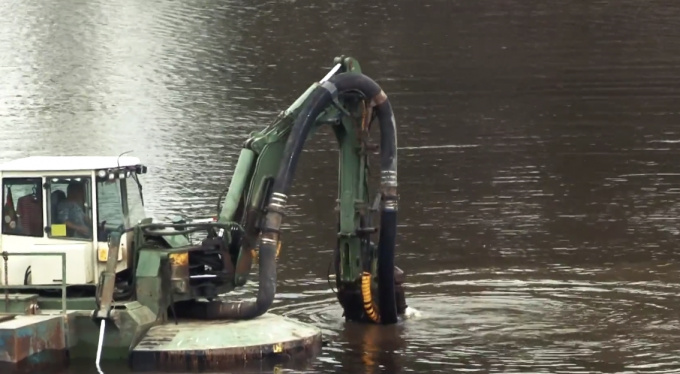 в Монрепо утонул экскаватор