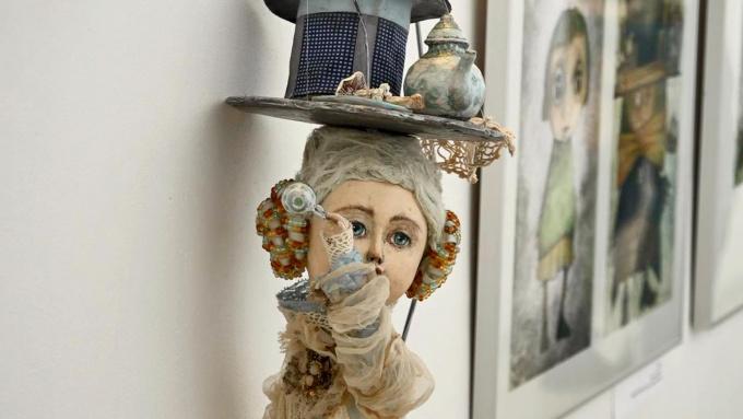 Выставка время пить чай с Алисой в стране чудес в библиотеке Аалто в Выборге