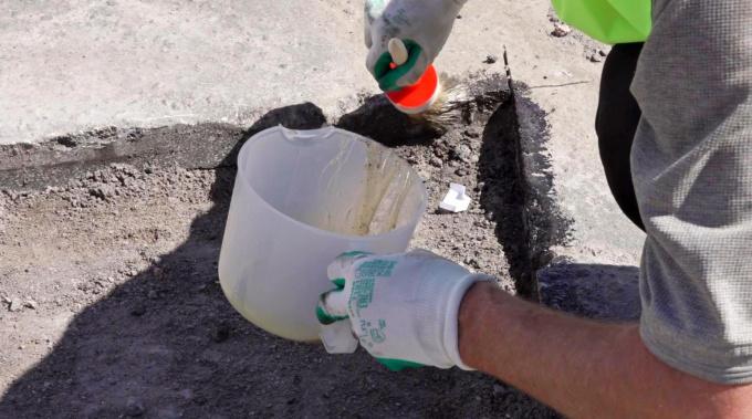 Выборжец отремонтировал дорогу полимером за свой счет