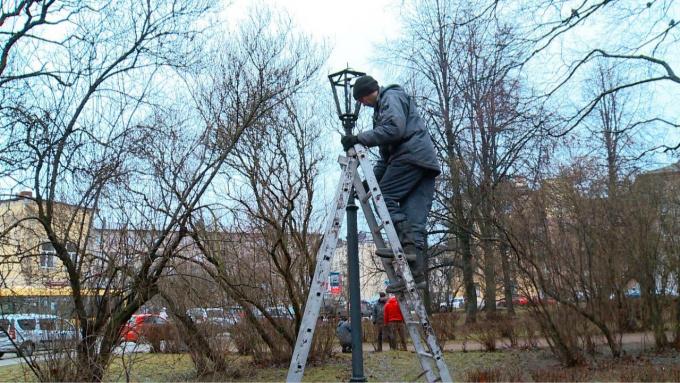 В парке Скульптур в Выборге ремонтируют освещение