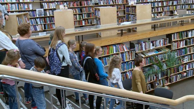 перформанс хранители книг в библиотеке аалто в Выборге