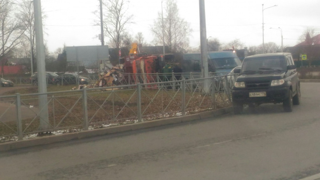 Фото: в Красном селе перевернулся грузовик