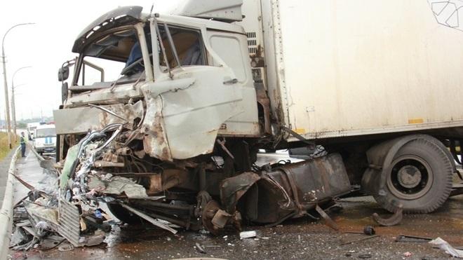 Три фуры столкнулись и перегородили МКАД. Один из водителей погиб