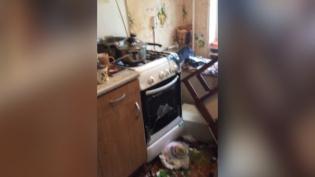 Во время пожара в квартире на Светлановском выбило стекла и дверь