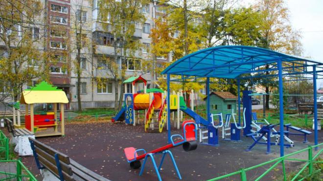 В Поселке Лесогорский обустраивают детскую площадку