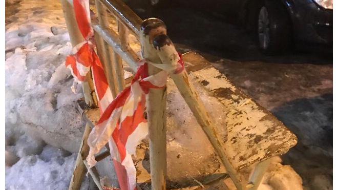 В Петербурге на улице нашли финский стул 19 века, использующийся при уборке снега