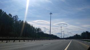В небе над КАД заметили похожие на НЛО облака