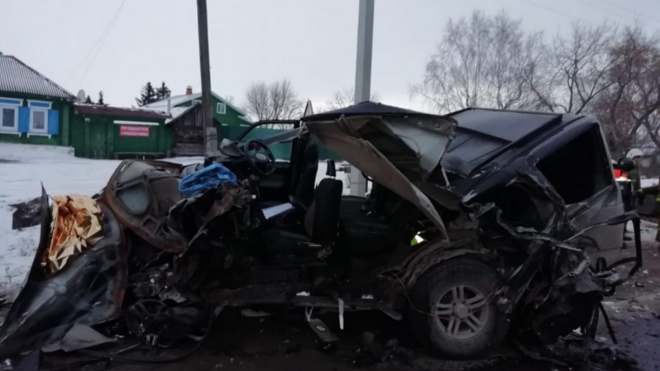 На Урале выпавший 16-тонный груз раздавил 2 машины. Один человек погиб