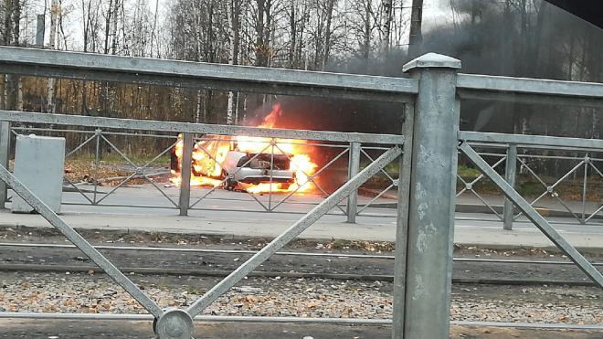 """Пожарные потушили горящую """"Ладу Приору"""" на Дальневосточном проспекте"""