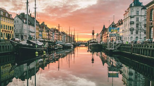 Дания ввела мощные меры поддержки людей и бизнеса. Это может быть примером для других стран