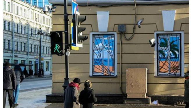 На Невском Паша Кас создал новое граффити с пальмами и пляжем