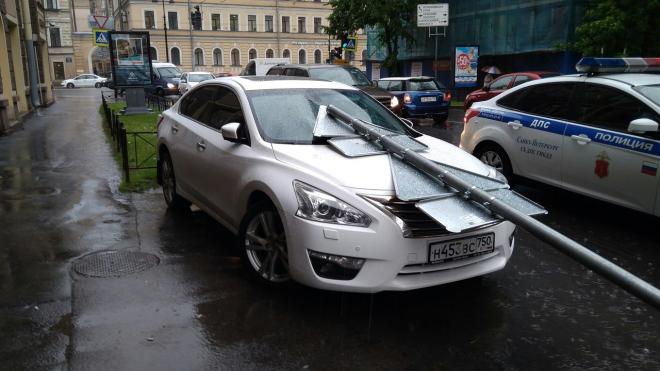 Дорожный знак наказал московскую машину за неправильную парковку в центре Петербурга
