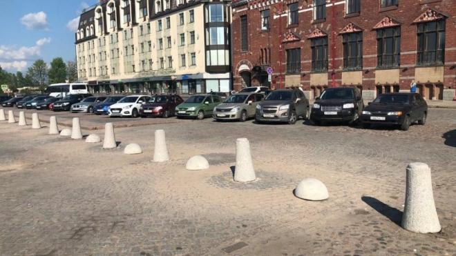 Сломанные столбики на Рыночной площади Выборга заменят на новые