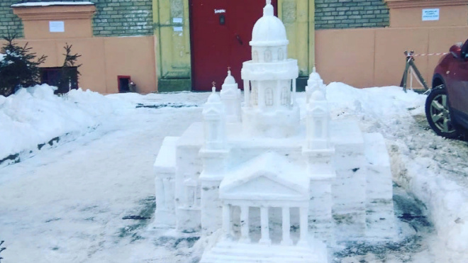 Петербуржец смастерил из снега точную копию Исаакиевского собора