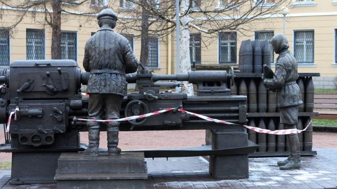 """Вандалы повредили в Колпино скульптуру """"Дети войны"""""""
