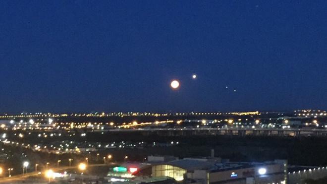 Ночью на небе петербуржцы заметили две Луны