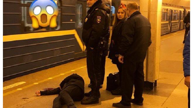 """Очевидцы: на """"Ладожской"""" лежит окровавленный мужчина"""