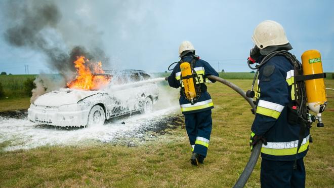 В Петербурге днем сгорело два автомобиля