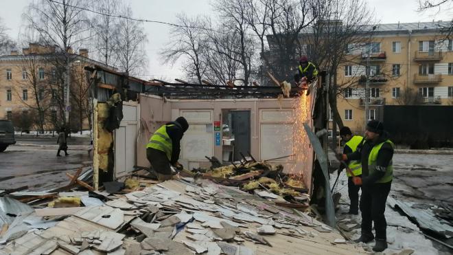 В Петербурге снесли несколько нелегальных павильонов с едой, сувенирами и цветами