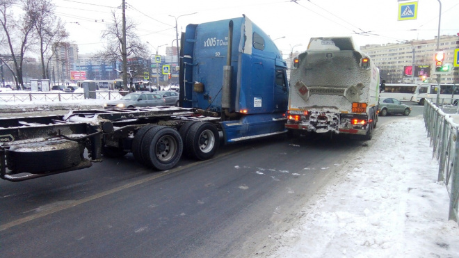На проспекте Стачек столкнулись два бензовоза: назревает страшная пробка