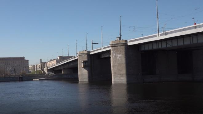 Спасатели пока не нашли мужчину, упавшего с Володарского моста