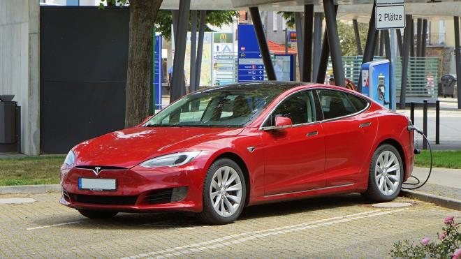 Владелица Tesla поиздевалась над угонщиками ее электрокара