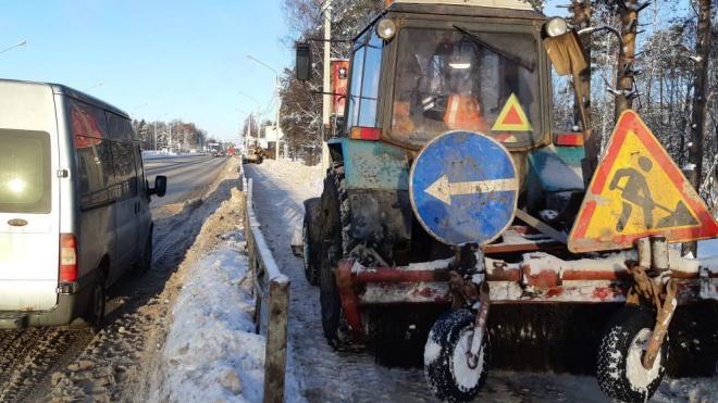 В выходные трассы Ленобласти очищали от снега около 600 снегоуборочных машин