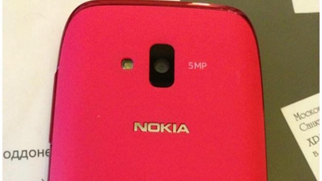 Депутатам ЗакСа подарили розовые мобильные телефоны