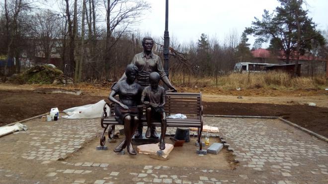 """В Токсово неизвестные похитили часть скульптуры """"Читающая семья"""""""