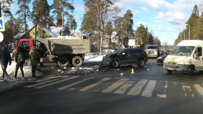 Автомобиль врезался в самосвал со снежной начинкой в Песочном