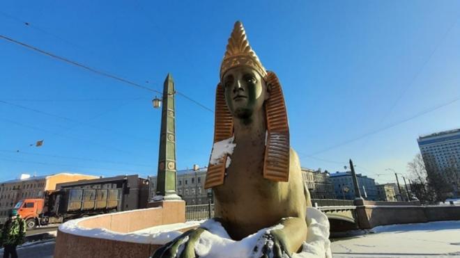 Вандалы вымазали черной краской сфинксов на Египетском мосту