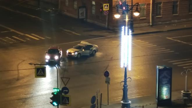 Авария с такси произошла на перекрестке Суворовского и Тульской