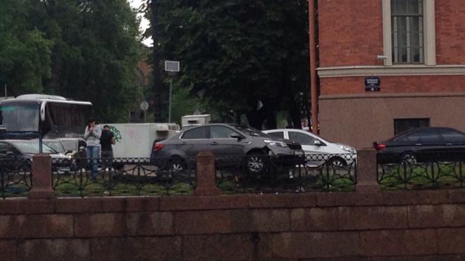 В Петербурге девушка за рулем чуть не вылетела в Мойку