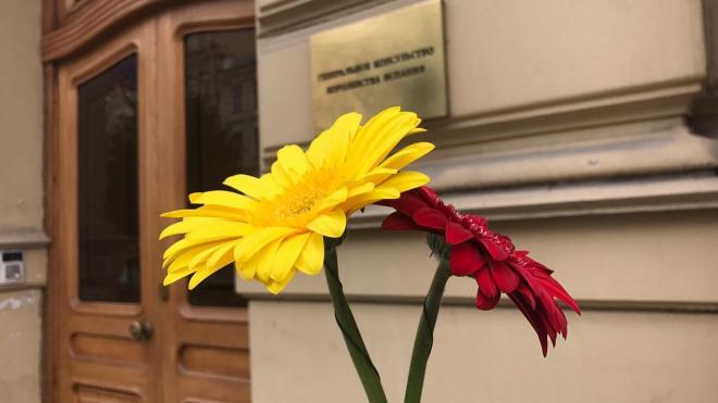Петербуржцы приносят цветы к консульству Испании