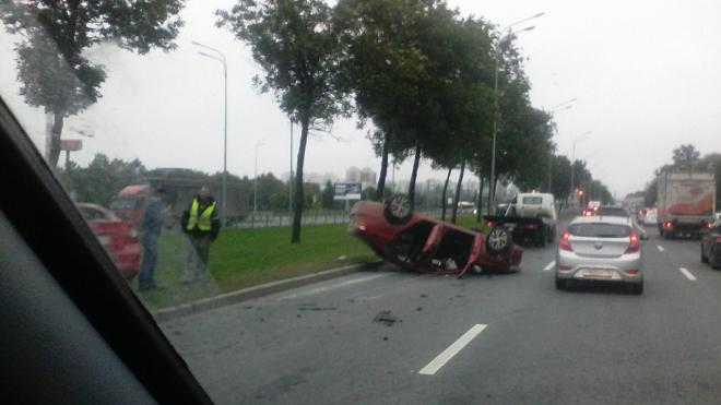 На Пулковском шоссе в результате тройной аварии перевернулся автомобиль