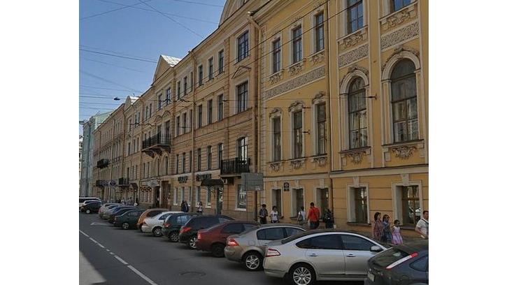 Прокуратура начала проверку после падения лепнины на женщину на Малой Морской, 8