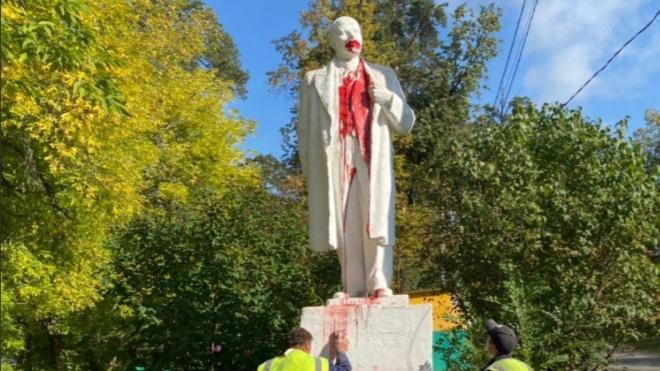В Миассе неизвестные облили краской памятник Ленину