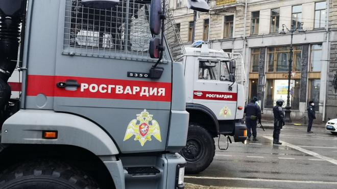 """Празднующим победу """"Зенита"""" болельщикам пришлось пообщаться с полицией и ОМОН"""