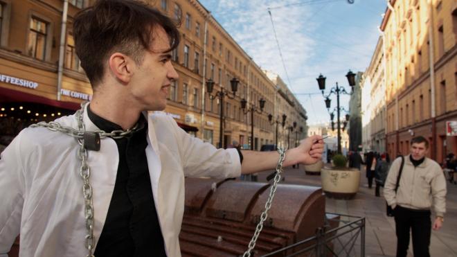 В Петербурга активист приковал себя цепями и раздавал презервативы