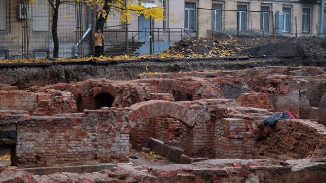 Неизвестные засыпали руины Ново-Александровского рынка близ Фонтанки