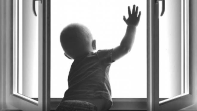 Двухлетний малыш погиб, выпав из окна шестого этажа в Сосновом Бору