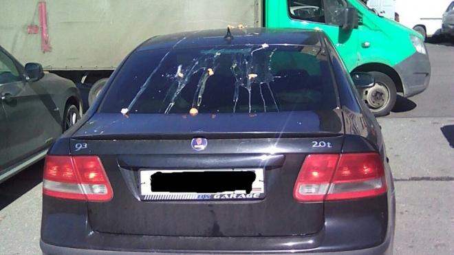 В Невском районе агрессивная петербурженка закидала автомобиль яйцами