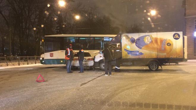 На проспекте Обуховской Обороны у автомобиля вырвало двигатель в результате ДТП