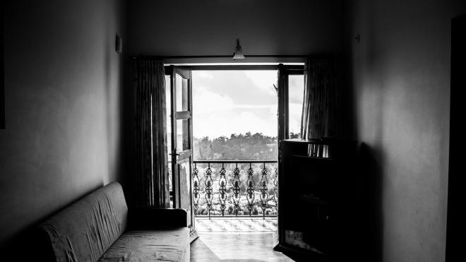 Невменяемого голого мужчину сняли с балкона на Комендантском проспекте