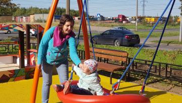 На детской площадке на улице Передовиков появилась сирень