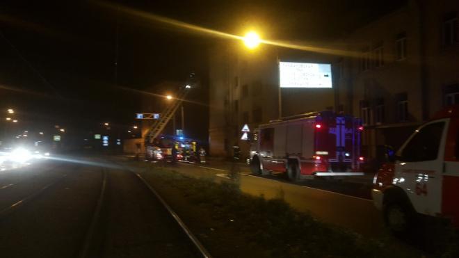 На Бабушкина пожарные ночью тушили загоревшийся мусор в ремонтируемом здании