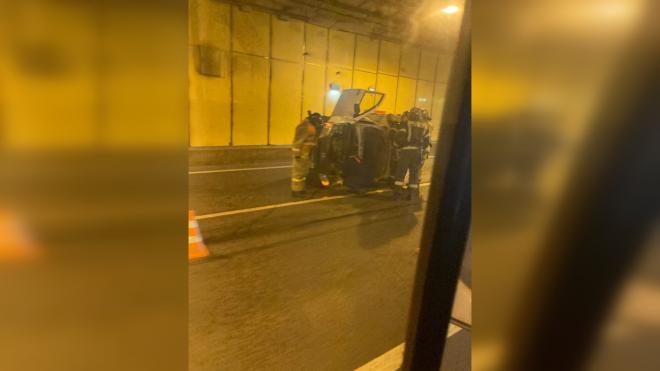 Упавший на бок грузовик спровоцировалогромную пробкуна дамбе