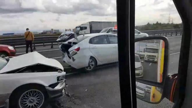 На КАД столкнулись сразу 6 машин: пробке быть